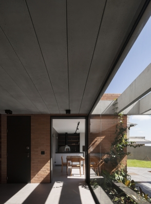 http://federicocairoli.com/files/gimgs/th-261_12_Casa Patio - © Federico Cairoli (low).jpg