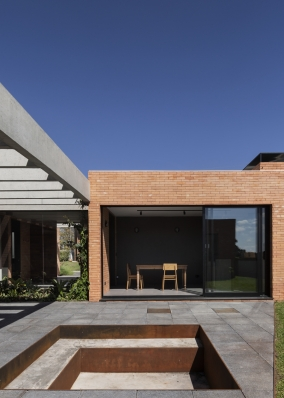http://federicocairoli.com/files/gimgs/th-261_14_Casa Patio - © Federico Cairoli (low).jpg