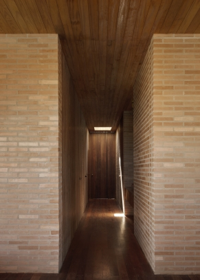 http://federicocairoli.com/files/gimgs/th-339_32_Casa em Cunha - © Federico Cairoli (low).jpg