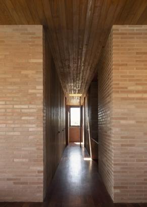http://federicocairoli.com/files/gimgs/th-339_33_Casa em Cunha - © Federico Cairoli (low).jpg