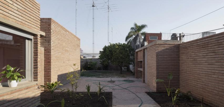 http://federicocairoli.com/files/gimgs/th-387_04_Casa para Jorgelina - © Federico Cairoli (low).jpg